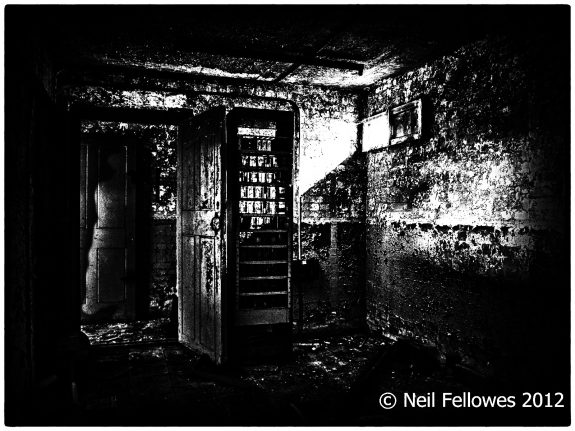 Neil Fellowes-BBC Tatsfield Broadcast Monitoring Station-found0bjects-derelict photography-hauntology-spectres-A Year In The Country-8