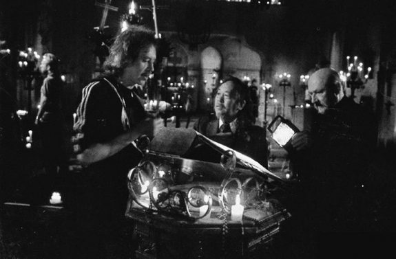 Prince of Darkness-1987-John Carpenter on set with Victor Wong and Donald Pleasance